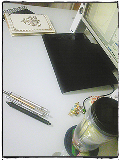 イラストレーターの机